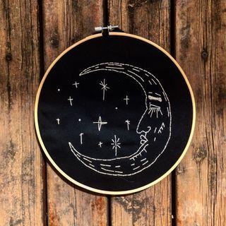 Cuadro bastidor bordado Luna y estrellas