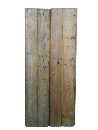 Portón antiguo de clavos