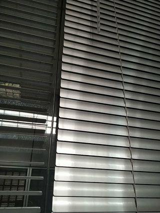 estores metálicos , cortinas venecianas. oficina.