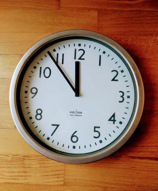 Reloj de pared Karlsson