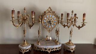 Reloj con candelabros