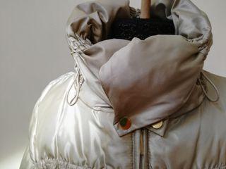 Abrigo plumífero beige metalizado.