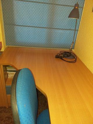 mesa escritorio +lámpara flexo +silla