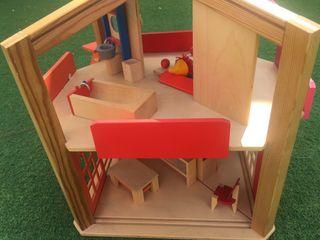 Casa moderna de madera, con paneles amovibles