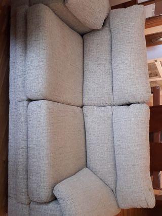 Sofá dos plazas con asiento deslizante.