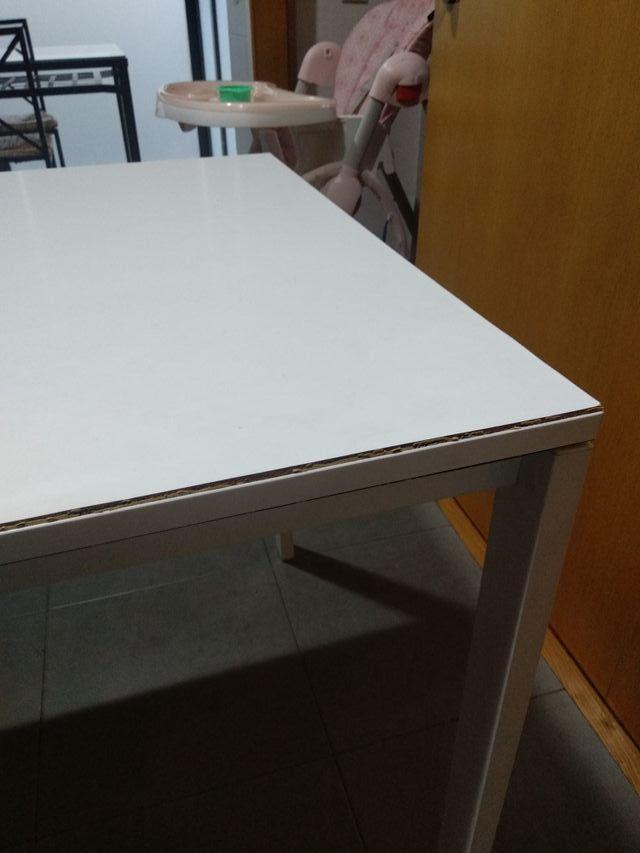 Mesa blanca cuadrada cocina Ikea y dos sillas de segunda ...