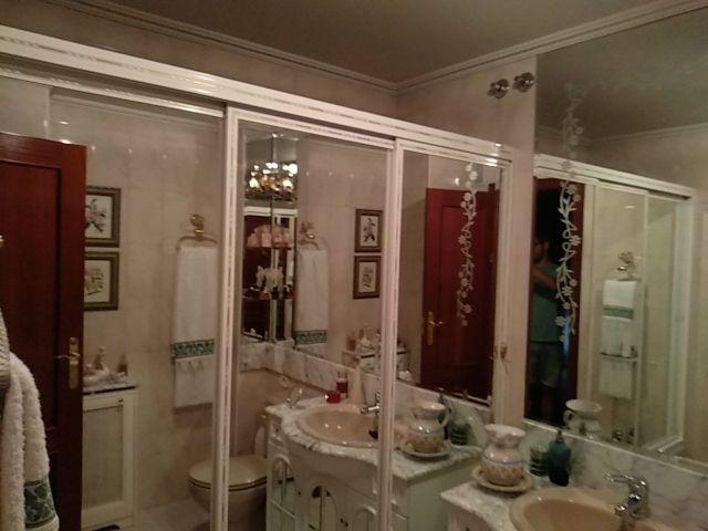 Mampara de baño de aluminio.