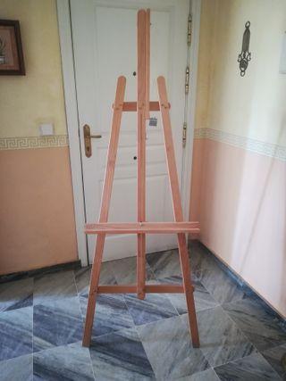 Caballete de pintura de madera.