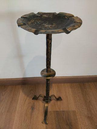 Cenicero de pie de hierro forjado antiguo