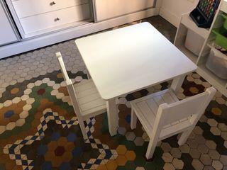 Mesa para niños con dos sillas