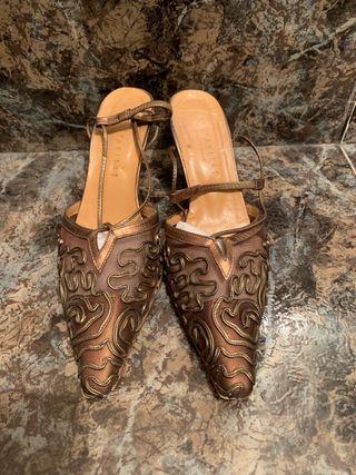 Zapatos color cobre con encaje
