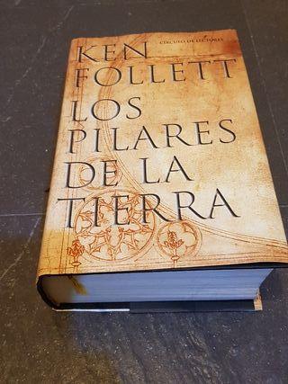 """Libros """"Los Pilares de la Tierra"""" y """"El Ocho"""""""