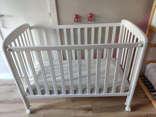 Cuna de madera de color blanco para bebés