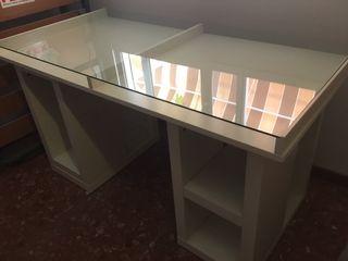 Mesa de escritorio de cristal y silla de madera