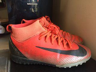 Botas fútbol multitacos niño talla 33 Nike