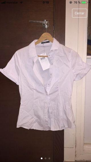 Camisa con etiqueta