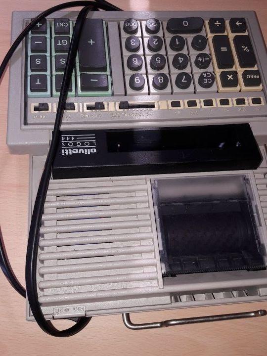Antigua calculadora impresora eléctrica.