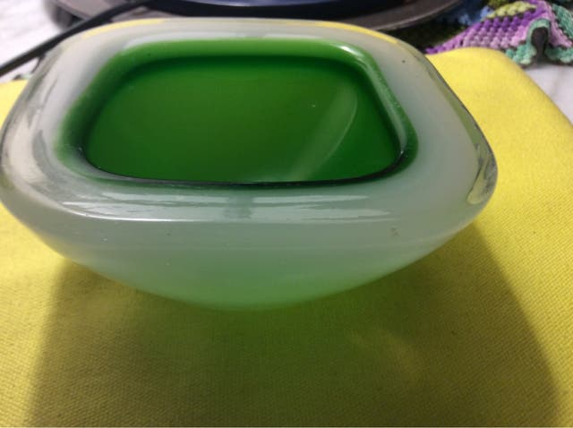 Cenicero vintage de cristal de color verde y blanc