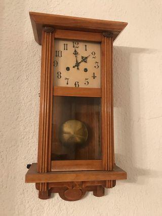 Reloj de pared antiguo de madera péndulo