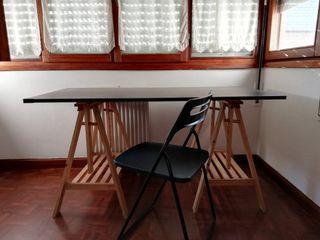 mesa de estudio, dos caballetes, silla