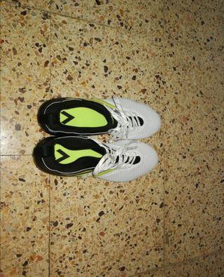 Botas de fútbol (césped artificial) Adidas.