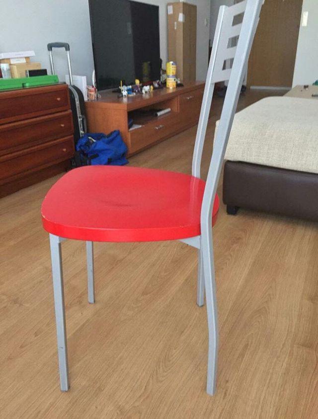 Mesa cocina roja y dos sillas de segunda mano por 170 € en ...