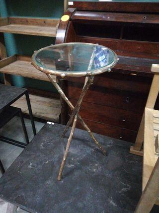 mesa auxiliar de metal y sobre de cristal