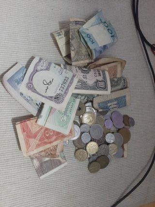 Monedas y billetes extranjeros y antiguos.