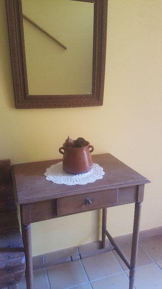 mesa antigua con espejo