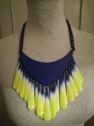 Collar gargantilla de Zara azul y neón