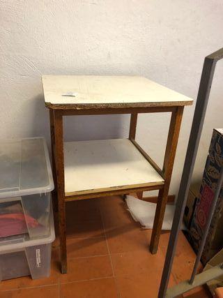 Se venden 5 mesas cuadradas de madera.