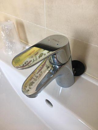 Mueble de baño suspendido, lavabo, grifo y espejo