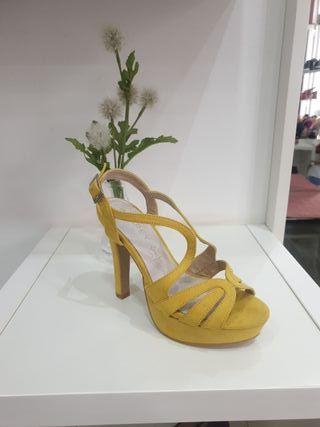 Sandalias nuevas amarillas