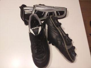 Botas de futbol y espinilleras (Talla 43).