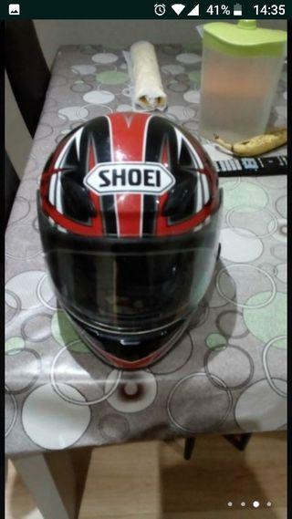 Casco de moto Shoei.