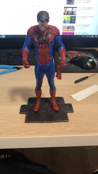 figura de spiderman pintada a mano