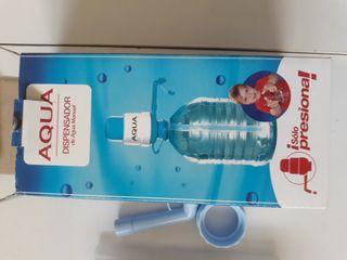 Dispensador de agua para garrafas grandes.