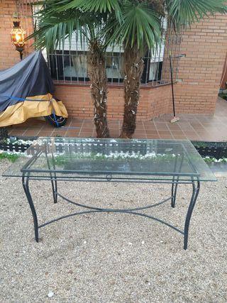 mesa de jardin con cristal