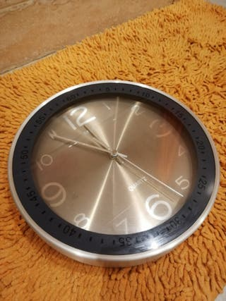 reloj de pared marca Quartz