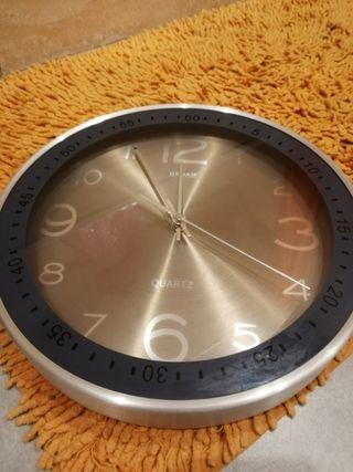 reloj de pared marca Quartz