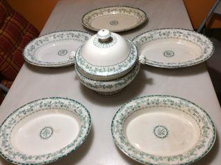 Sopera y fuentes de porcelana.