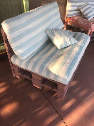Sofa 2 plaçes. De palets amb rodes i coixins