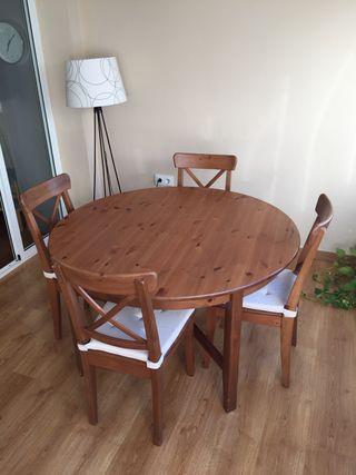 Mesa de madera extensible y 4 sillas.