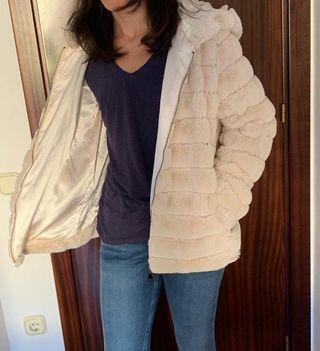 Abrigo cuello subido con capucha
