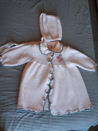 Abrigo y capota rosa con ribete gris talla 6 meses