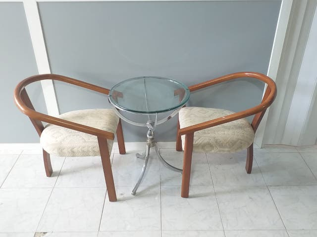 Mesa de cristal con sillas