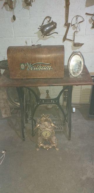 maquina de coser antigua y espejo