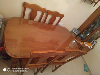 mesa de madera con 4 sillas