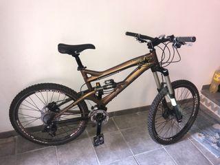 Bicicleta descenso GT Sanction 3.0