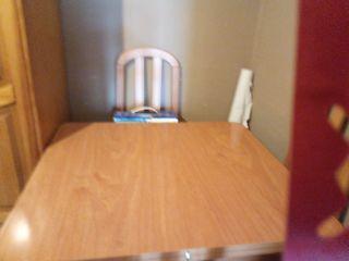 una mesa y cuatro sillas